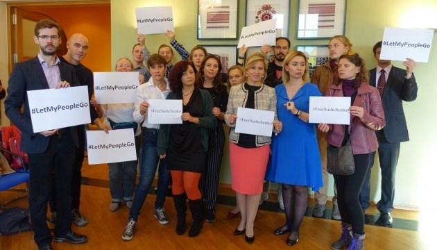 Украинцы в Германии требуют от РФ освободить Сущенко