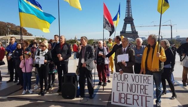 В центре Парижа провели акцию в поддержку Сущенко
