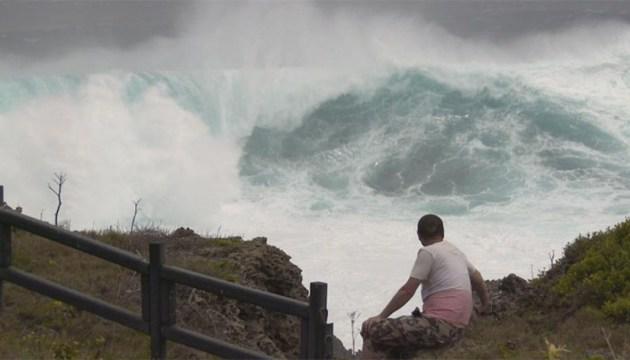 В Японии из-за тайфуна эвакуируют 100 тысяч человек, без света сотни тысяч домов