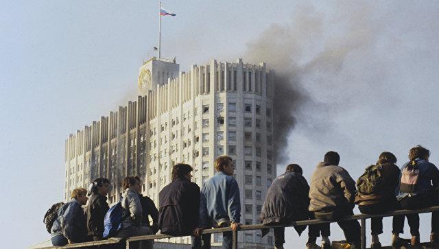 Конституційна криза 1993 року в Росії. Молодь спостерігає за штурмом Білого дому (Будинок Рад РФ)