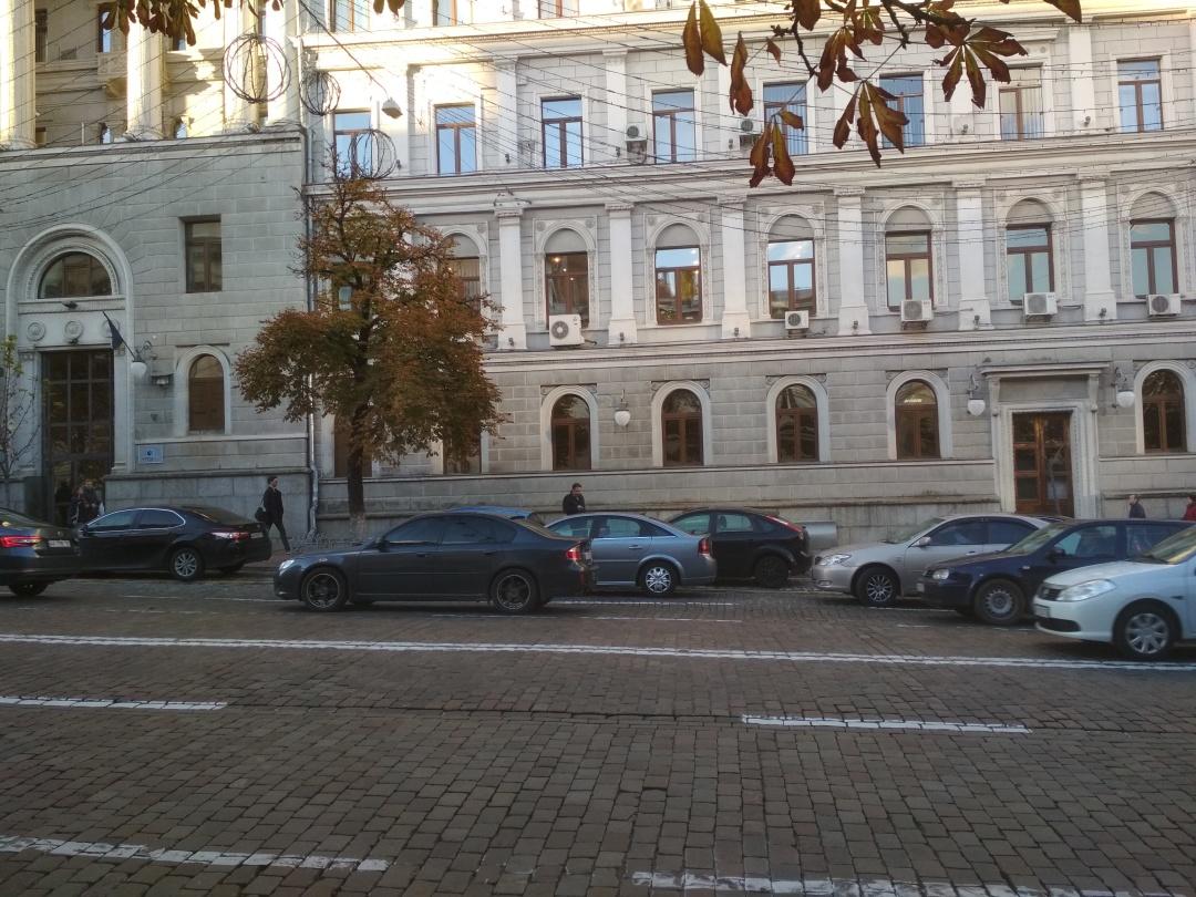 Автомобілі припарковані всупереч ПДР (у два ряди, тобто). Вул. Богдана Хмельницького