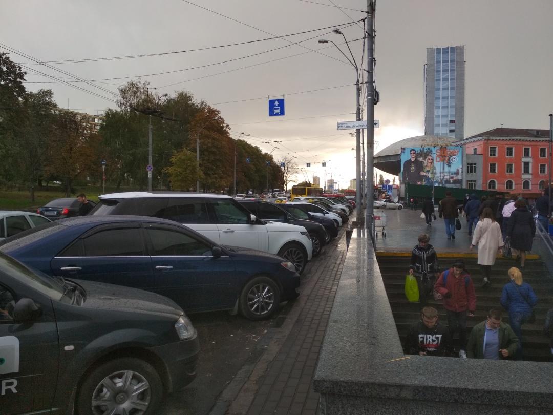 На тій же Либідській площі: автомобілі припарковані на смузі для громадського транспорту