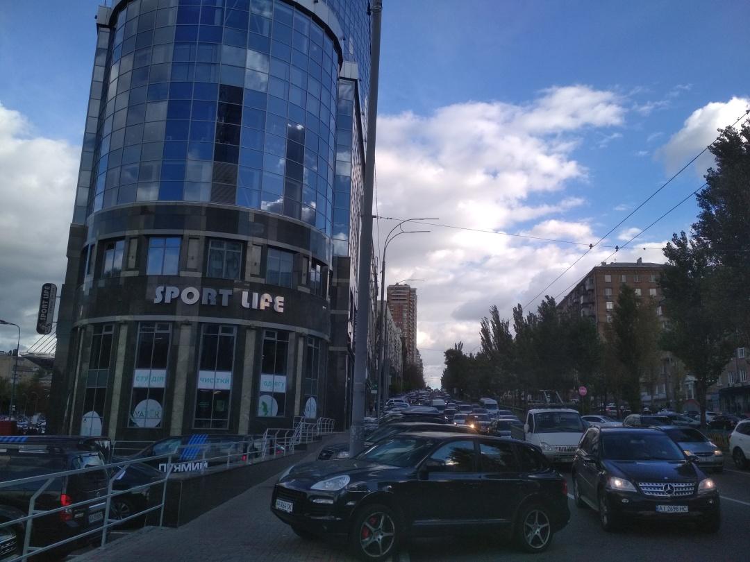 На перетині бульвару Лесі Українки і вул. Мечникова: ліворуч - паркінг, праворуч - порушники