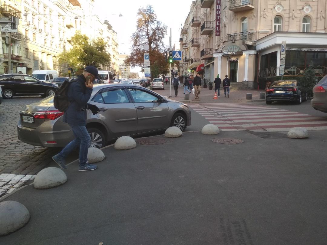 Схоже, власнику Toyota Corolla було необхідно припаркуватися саме на розі