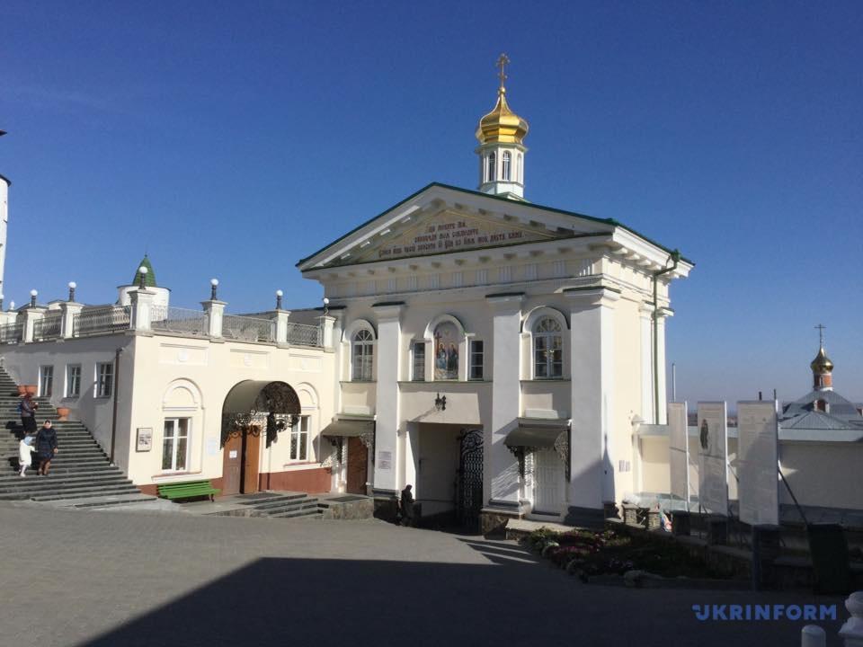 Святі ворота Почаївської Лаври - саме туди журналіста вела жіночка в хустині