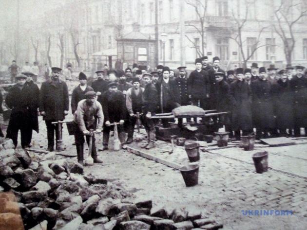 Стара репродукція – робітники монтують трамвайну колію