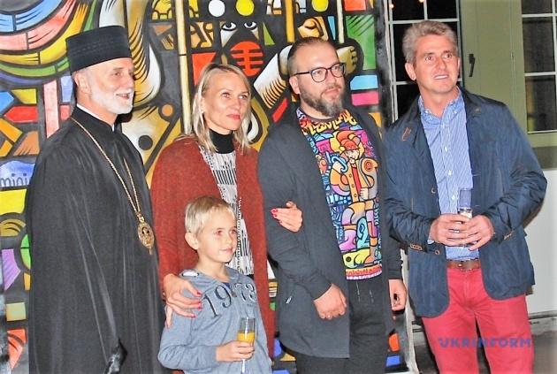 Роман Мінін та його прихильники на тлі картини