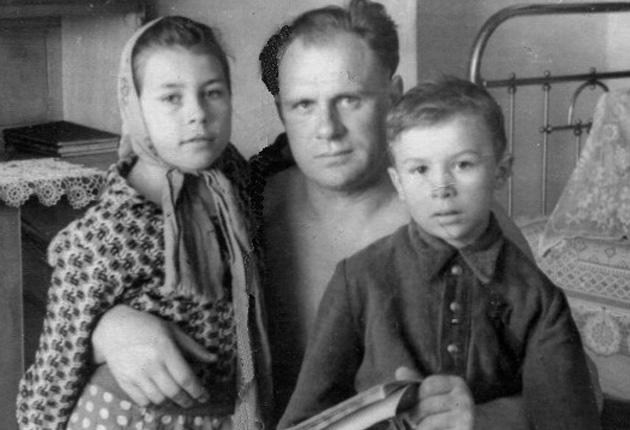 Олексій Прокопович разом з дітьми після двох років в'язниці