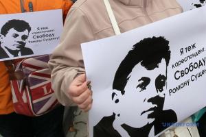Макрон обещает поговорить с Путиным об освобождении Сущенко