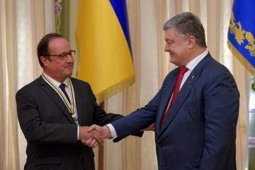 ポロシェンコ大統領、オランド前仏大統領に自由の勲章を授与