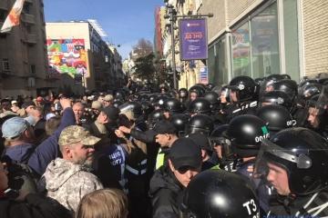 ウクライナ防衛者の日、独立広場で治安機関と活動家が小競り合い