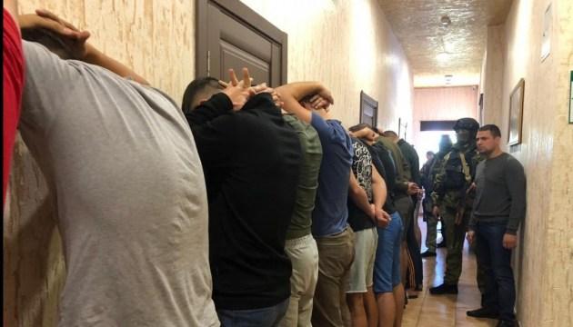 Полиция задержала в одесском отеле 25 вооруженных мужчин