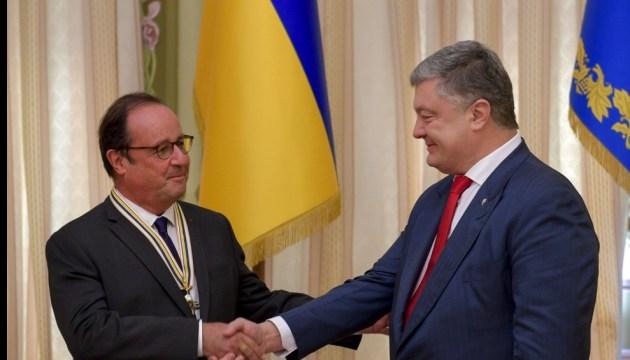 Poroshenko decorates Hollande with Order of Liberty