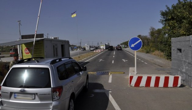 В пунктах пропуска на Донбассе скопились 185 авто