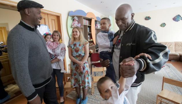 Кличко познайомив дітей із дитячого будинку з легендами світового боксу