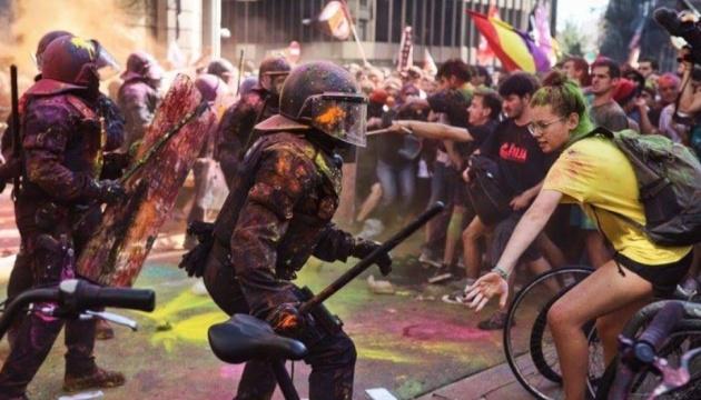 У Барселоні блокують залізниці і кидають каміння в поліцію