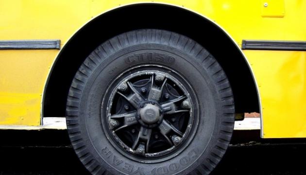 В Сумах задержали 30 молодых людей, которые резали колеса маршруткам