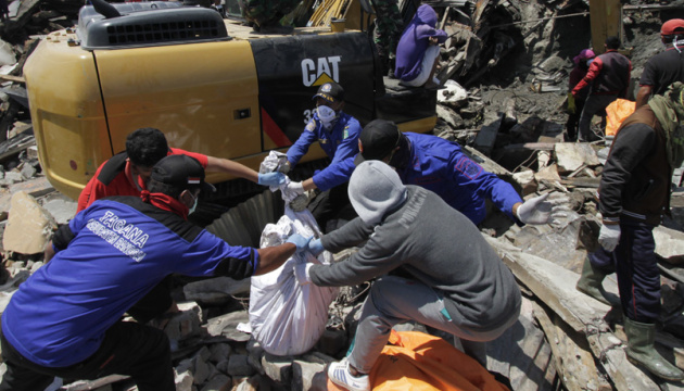 Землетрясение в Индонезии: под завалами могут оставаться свыше тысячи человек