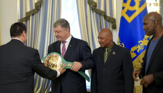 La bandera de Ucrania aparece en el cinturón del CMB