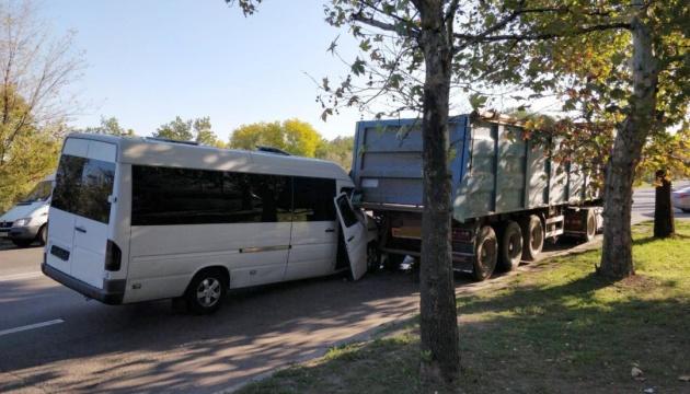 В Николаеве маршрутка врезалась в грузовик - пострадали четверо детей