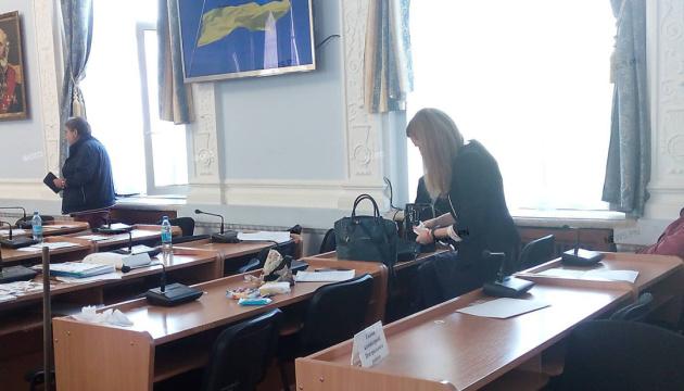 На сессии горсовета в Николаеве разлили нечистоты - депутат взялся за оружие