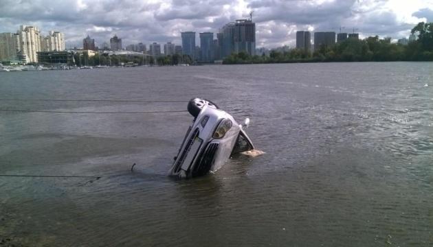 Из Днепра достали тело мужчины, который утонул в машине