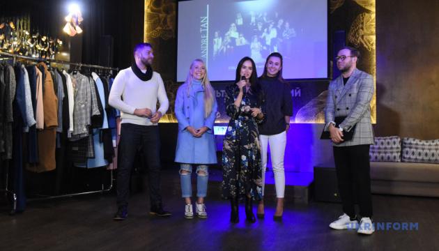 Fashion-блогери стали моделями на показі нової колекції Андре Тана