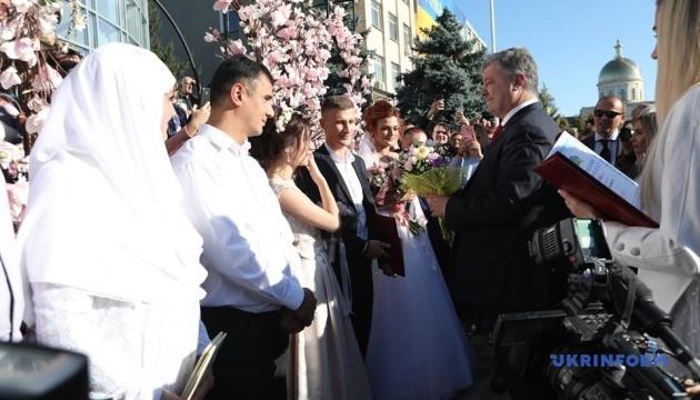 Порошенко побажав молодятам-болградцям кохання, як у нього з дружиною