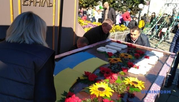 День Чернівців: поліції довелося втрутитися у роздачу стокілограмового торта