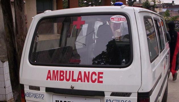 В Индии школьный автобус влетел в грузовик, 20 детей в больнице