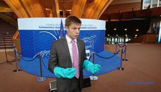 Депутат надел на сессию ПАСЕ резиновые перчатки - для защиты от
