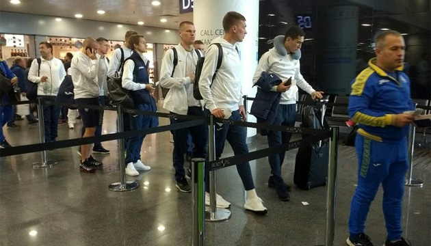 Збірна України у складі 17 футболістів вирушила до Генуї