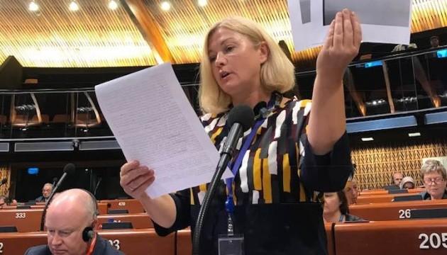 Геращенко у ПАРЄ показала листи від Сущенка і Сенцова