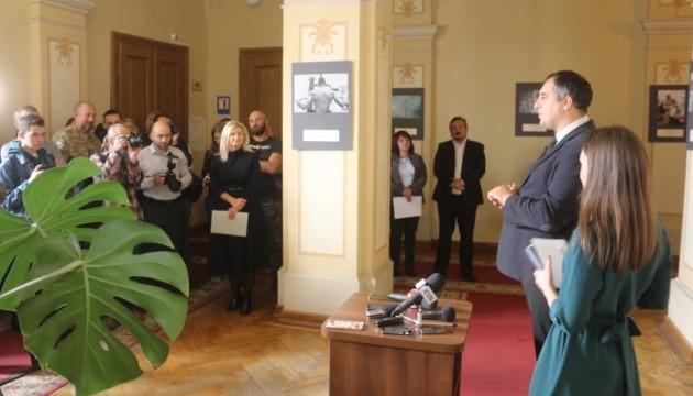 Відкрилася виставка-конкурс фоторобіт журналістів Львівщини й Луганщини «Наші Герої»
