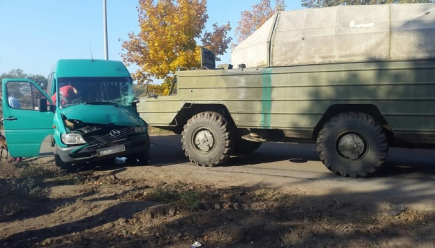 На Дніпропетровщині військова техніка зіткнулася з маршруткою, троє поранених