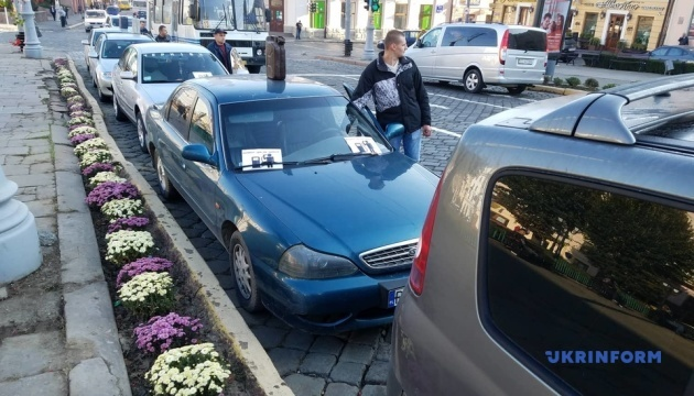 Водители в Черновцах требуют снизить цены на топливо