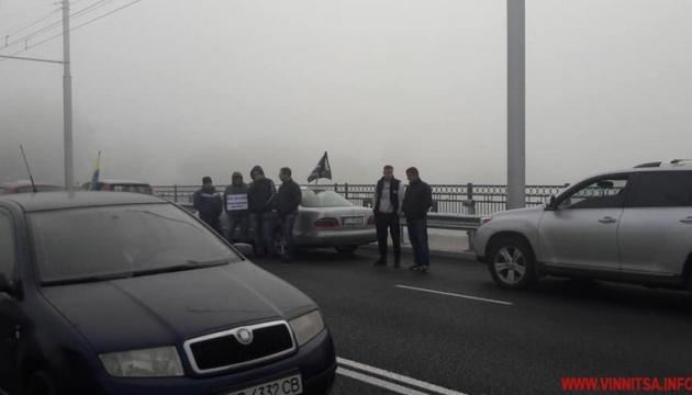 Участники акции против повышения цен на горючее заблокировали два моста в Виннице