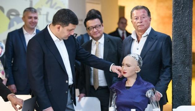 Groysman pregunta a la robot Sophia qué sabe de Ucrania - Video