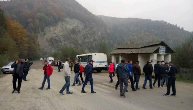 Селяне третьи сутки перекрывают дорогу Криворивня-Черновцы и требуют ремонта
