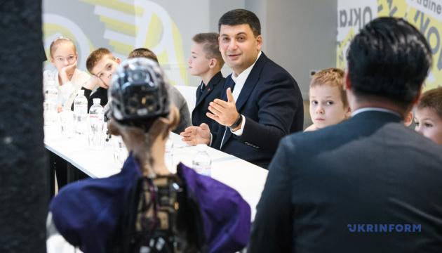 Гройсман хоче створити український аналог робота Софії
