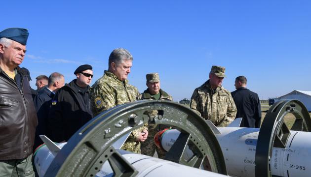 Танки, ракети і вогнемети: Порошенко розповів про нову зброю для армії