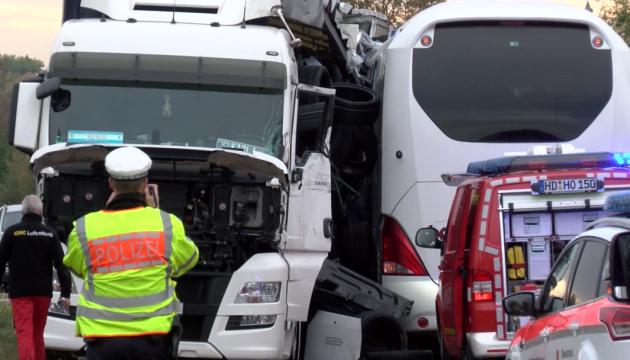 В Германии туристический автобус столкнулся с грузовиком