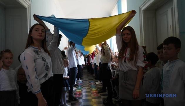 В черновицкой гимназии провели флешмоб с 25-метровыми флагами Украины и УПА