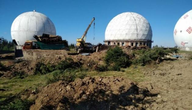 Бывшую радиолокационную станцию «Памир» на Буковине режут на металлолом