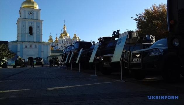 Exposición militar se inaugura en Kyiv en vísperas del Día del Defensor (Fotos)