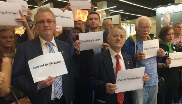 На книжной выставке во Франкфурте провели акцию в поддержку Сенцова