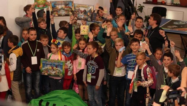 На IT-фестивале в Кропивницком детей учили программировать роботов