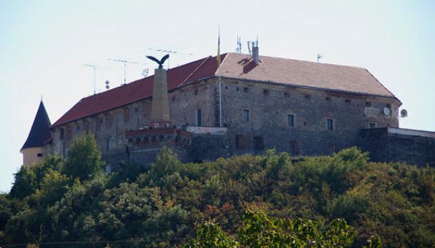 Угорського орла на Мукачівському замку замінять на герб України - ЗМІ