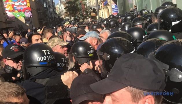 На Майдане произошли потасовки между силовиками и активистами