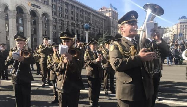 На Майдані військовий оркестр виконує попурі з українських пісень